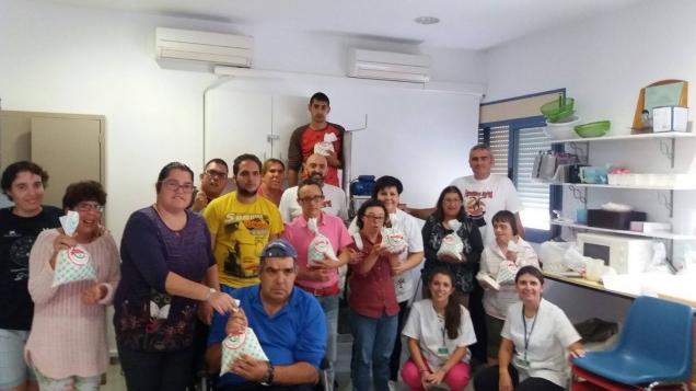 Farolillos Rojos - Entrega maquinaria fábrica de jabones al Taller de la Amistad